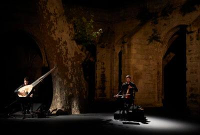 Deux des quatre musiciens qui accompagnent la performance de François Chaignaud dans Romances Inciertos