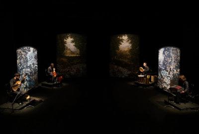 Quatre musiciens accompagnent la performance de François Chaignaud dans Romances Inciertos