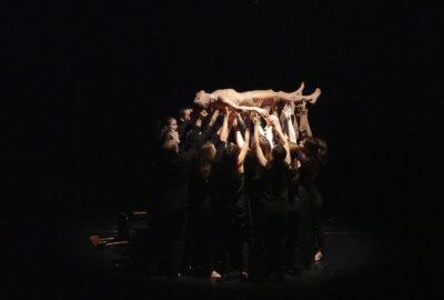 Les musiciens du Geneva Camerata portent le danseur, Juan Cruz Diaz de Garaio Esnaola
