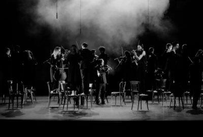Les musiciens du Geneva Camerata jouent debout sur une chaise