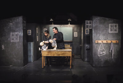 Les deux marionnettes et manipulateurs de la compagnie Bouffou Théâtre dans Du vent dans la tête