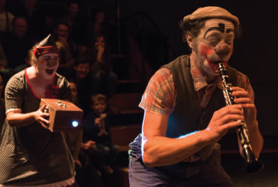 Les clowns musiciens Bibeu et Humphrey de l'Attraction Céleste dans Bobines