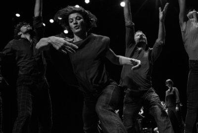 Photo noir et blanc des danseurs de la compagnie Vilcanota dans TumulTe