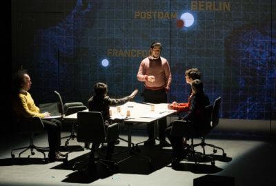 Plusieurs nations, représentées par les comédiens de la compagnie Cassandre, en discussion autour d'une table