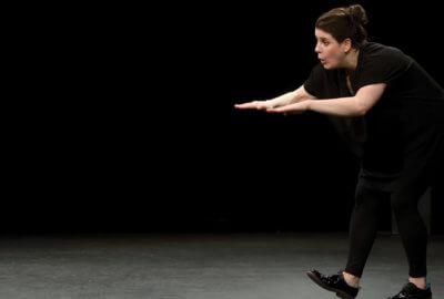Tiphany Bovay-Klameth interprète la couturière en charge des costumes de la soirée gym