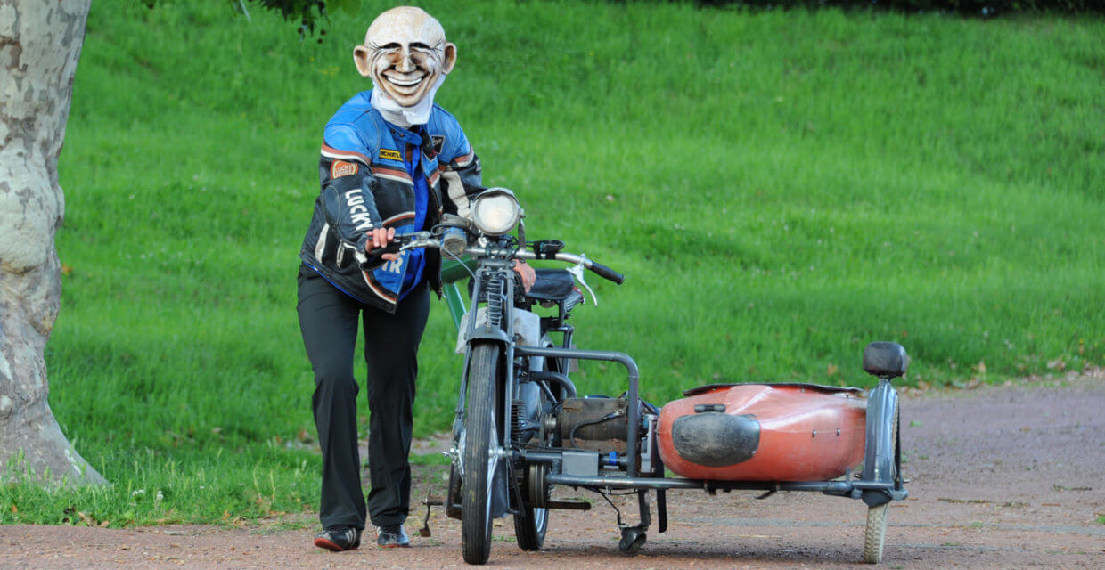 Monsieur Tokbar arrive avec son side-car
