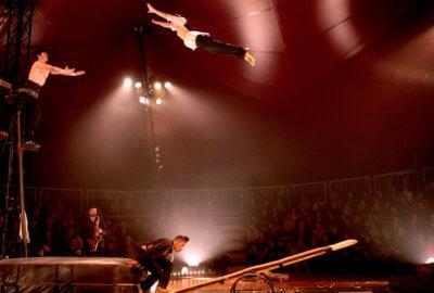 Un acrobate voltigeur du collectif Malunés