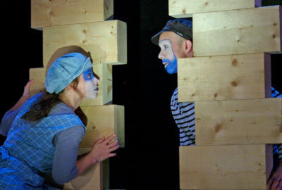 Les deux interprètes s'amusent avec 18 briques de bois