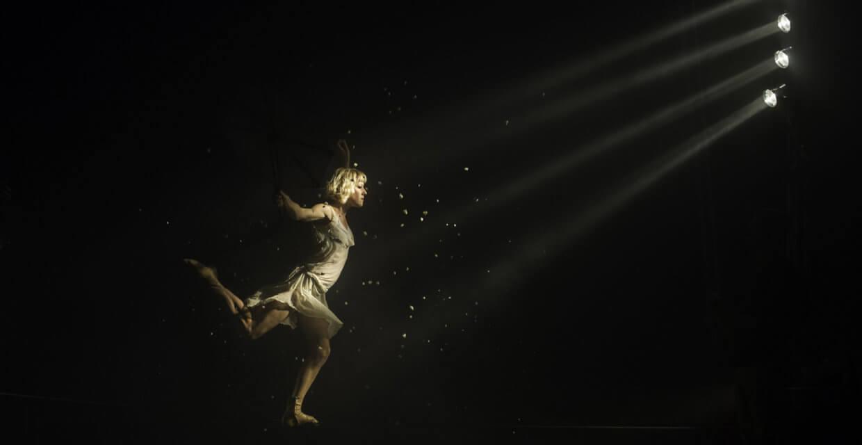 Une circassienne de la compagnie Rasposo, dans un jeu de lumières