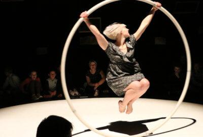 Une artiste de la compagnie du 13ème quai sur une roue cyr