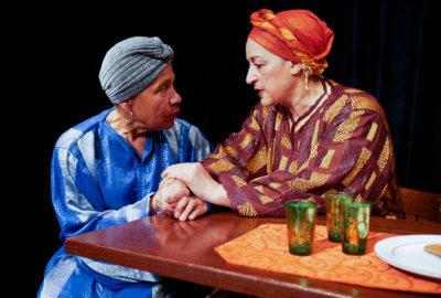 Deux actrices de la compagnie Mises en Jeux dans la pièce Le Mariage