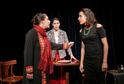 Trois comédiennes de la compagnie Mises en Jeux dans la pièce Le Mariage