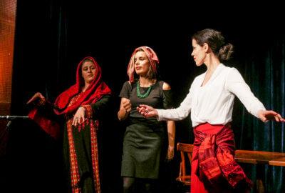 Trois comédiennes de la compagnie Mises en Jeux dans Le Mariage