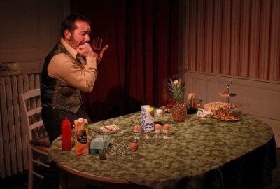 Fred Laqué de la compagnie Volpinex à la table du petit déjeuner dans son spectacle Goupil Kong