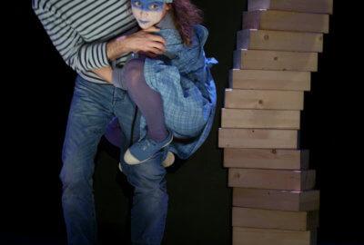 Les artistes de la compagnie Flying Fish s'amusent avec des briques de bois