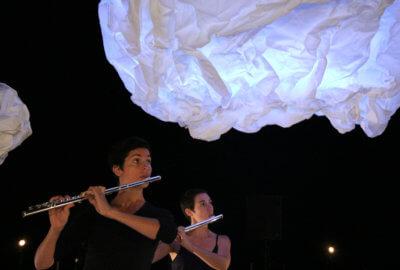 Sarah Hassler et Marou Thin jouent de la flûte traversière dans le spectacle Le ciel est par-dessus le toit