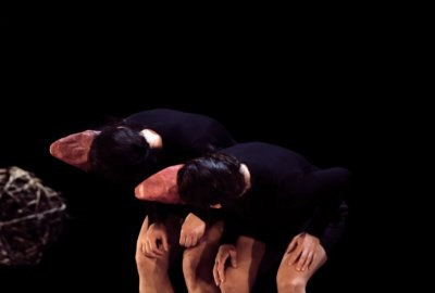 Les deux danseuses à bec dans KadabraK par la compagnie Marie-Louise Bouillonne