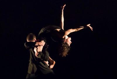 Deux interprètes de la compagnie L'Oublié(e) - Raphaëlle Boitel dans La Chute des anges