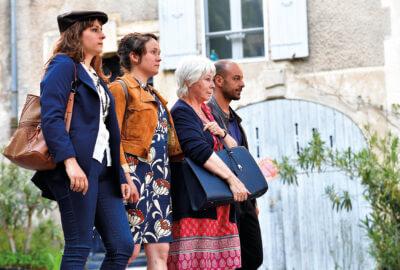 Les comédiens d'Humani Théâtre déambulent dans les rues pour le spectacle Sources