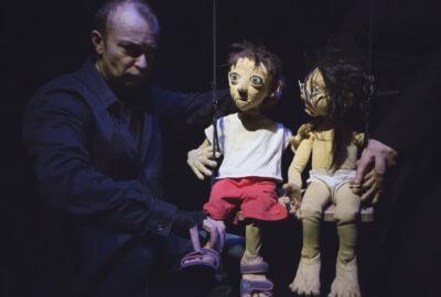 Deux marionnettes de la compagnie Tro-Héol sur une balançoire
