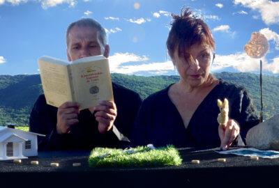 Olivier Lehmann et Hélène Rosset, de la compagnie La Cour Singulière, dans leur pièce Tire-toi de mon herbe, bambi !