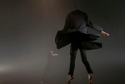 Des ceintres volants dans La Chute des anges de la compagnie L'Oublié(e) - Raphaëlle Boitel
