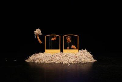 Les musiciennes de la compagnie Pic&Colegram jouent de la Bernette et font de la musique avec du papier dans Le ciel est par-dessus le toit